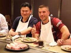 【 画像 】ユニフォーム姿で神戸牛を満喫するポドルスキ!隣で三木谷さん凄いドヤ顔でワロタwww