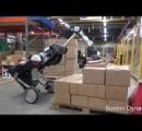 重い荷物を運んで丁寧に積み上げる:ボストン・ダイナミクスがロボットの新バージョンを公開