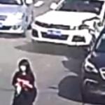【動画】中国、道路の真ん中を歩く女、自分のせいで背後で追突事故起こるも知らんぷり!