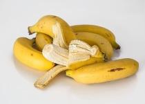 ゆで卵2個、食パン1枚、バナナ1本、キャベツとトマトのサラダ
