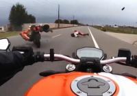 スピード出しすぎ。左折のバイクに後続のバイク2台が突っ込むひどい事故の車載。