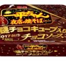 チョコメーカー監修拒否「明星一平ちゃん夜店の焼そば チョコソース」新発売 謎チョコキューブ入り