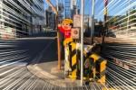 踏切のところにいづみさん!飛び出し坊やの側に枕を忘れてますよ!〜交野市私部2丁目の京阪電車踏切のところ〜