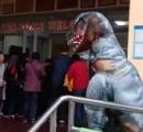 娘を驚かすためにガチすぎる恐竜の仮装で幼稚園に行く父親 → 園児や保護者が大喜び 娘もにこにこ