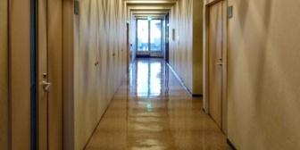 【愚痴】職場で、朝や昼ごはん時やトイレ等で廊下に出た時や帰りに1日最低1回は必ず遭遇するおっさん社員がいる