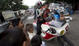 【日本のヒーロー】   日本人が 仮面ライダーのコスプレをして   タイのバンコクの スラム街 に登場!   海外の反応