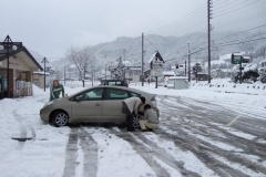国交省、雪で立ち往生の車に罰金検討