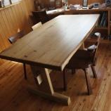 『栗のテーブル・ワンちゃんの絵』の画像