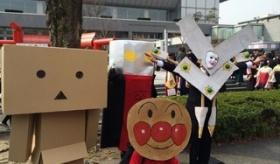 【日本の大学】  京都大学の卒業式では 毎年コスプレで参加する学生がいるのが恒例らしい。  海外の反応