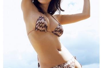 小倉優香の垂れ巨乳の重力で水着がほどけてトップレスになりそう