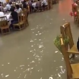 『中国人「洪水?だからなに?w」←みんな楽しそうで草』の画像