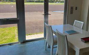 飛行場の滑走路真横にあるカフェ