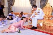 【海外テレビ】男女の司会者が笑いながら床にはいつくばりタイ国王の結婚式をモノマネ。タイ国民の怒り爆発、テレビ局が謝罪