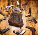 【画像】隕石から作った一対の拳銃