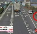 大型トラックから外れたタイヤが、路肩で休憩中の乗用車にぶつかる…監視カメラがその瞬間を捉える