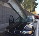 【画像】トラックから金属製の角材が落下、BMWのフロントガラスを粉砕する