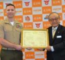「妻を助けて」300メートル沖で溺れる女性 海に飛び込んだ米海兵隊少佐、救助まで付き添う 感謝状贈呈/沖縄・ニライ消防