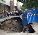 【動画】中国のショッピング街の歩道が突如として陥没 恒例の手抜き工事が原因