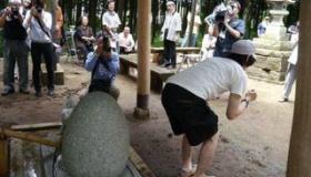 【神社】   日本には  痔の完治を願い、お尻を石に突き出す「けつぴたし!」という儀式をする神社があるらしい。   海外の反応