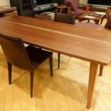 『SWINGの一本木からの二枚矧ぎテーブル・ブラックウォールナットにFrag社のLATINA サイドチェアをセット』の画像