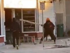 【胸糞動画】 黒人デモ隊、お店を壊さないでと懇願した白人おばあさんを集団リンチ!!! 角材でフルボッコ・・・