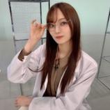 『【乃木坂46】色気が凄い・・・梅澤美波、白衣×メガネの『ノギザカスキッツ』オフショットが公開!!!!!!』の画像