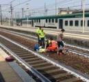 線路に落ちて片足切断の重症の女性を背景に自撮り、男性の行為に非難噴出 イタリア