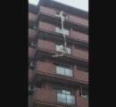 【台風】強風で飛ばされたトタン屋根がマンション8階の窓ガラス突き破る 部屋にいた女性死亡