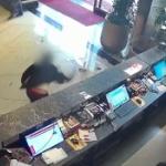 【動画】中国、ホテルでの浮気が妻にバレた男、ホテルに八つ当たりフロントで暴れる [海外]