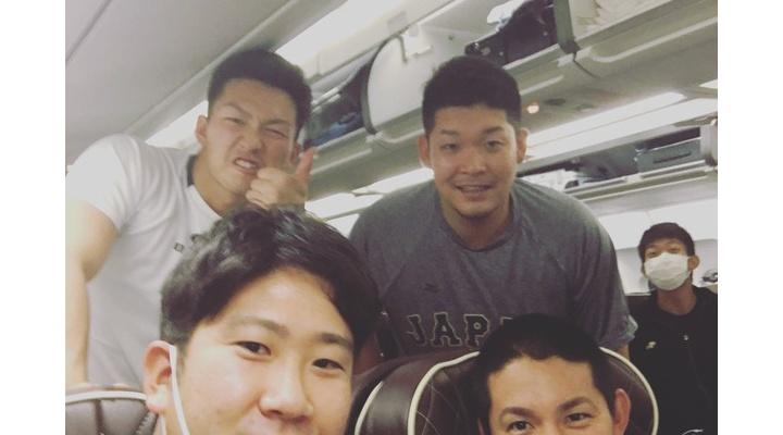【 画像あり 】侍ジャパン、アメリカへ!菅野と小林、筒香らが飛行機内で記念撮影!