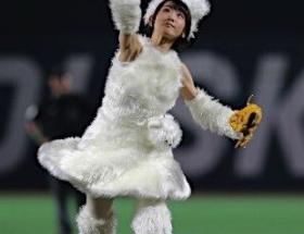 乃木坂・生駒里奈、ギガちゃんコスチュームで始球式wwwwww