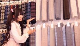 【日本の店】  ひゃっほーい!!これは熱いぜ!   世界初 「ニーソ」専門店が 日本に登場。  海外の反応