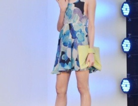 【画像】藤井リナがミニワンピで美脚を披露www