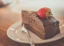 パティシエ「ケーキの中にうっすい板チョコ挟んだろ!」