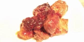 今日の俺の晩飯は…カッチカチの焼いた豚肉にイチゴジャムかけと醤油1本は入れてるだろうかぼちゃの煮物…
