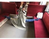 【悲報】土屋太鳳さん、電車ではしゃいで批判殺到ww
