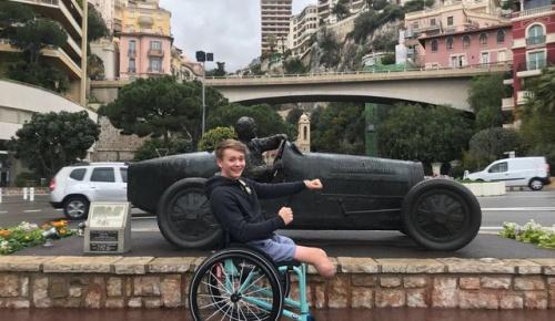 レース中のクラッシュで両脚を失った18歳ビリー・モンガー、わずか1年での現役復帰に世界が称賛
