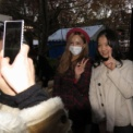 東京大学第63回駒場祭2012 その107(AKB48板野友美のそっくりさん、ざわちんと記念写真を撮ろう)