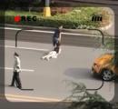 うつ伏せの女性の髪の毛を引っ張って道路を引きずりながら横断する男性の動画が話題に(画像あり)