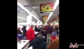 【ゲーム機】   ドイツの店で PS4に殺到する人々の映像が   地獄絵図で ワロタwwwwwww   海外の反応
