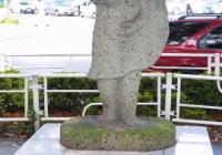 栃木「町おこしの為にギョウザ像設置したけど移設しよ!」業者「任せろ」