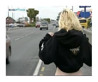 走る車におっぱいを見せつける少女(18)→そのまま轢かれる→逮捕