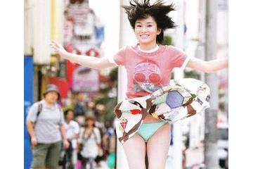 山本彩「スカートめくるとパンツと股間が見えるんが恥ずかしい」
