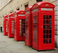 「イギリスで『電話ボックス』の墓らしきものを見た…」懐かしい気持ちになる写真