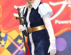 それでは小池百合子都知事(64歳)の今年のハロウィンコスプレをご覧ください