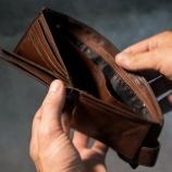 『お金がないと社会でまともに生きられない海外』の画像