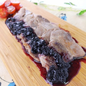 甘酸っぱさがクセになる♪豚肉のソテー ブルーベリーソース