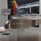 『【入れ替え後】浜松駅の河合楽器の展示はクリスタルピアノ(90周年モデル)からクリスタル(CR40)に変わったぞ!試弾したい人は入場券(140円)にぎりしめて浜松駅へゴー!』の画像