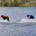 飼い主さんと犬がジェットスキーをやってみた。そしたらば犬のほうがうまかった