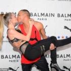 『【くちびるキスも披露…!?】カーラ・デルヴィーニュがバルマンのデザイナーとイベントに登場!Cara Delevingne shares s kiss with Balmain designer Olivier Rousteing』の画像